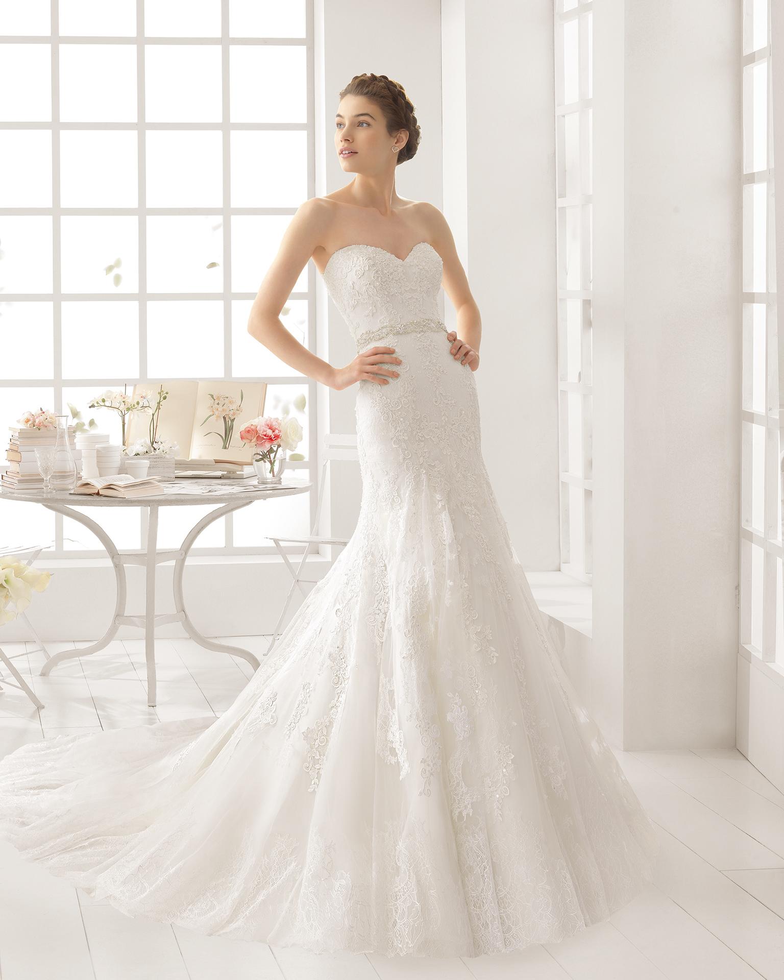 Robe de mariée ALPES en dentelle avec pierreries.