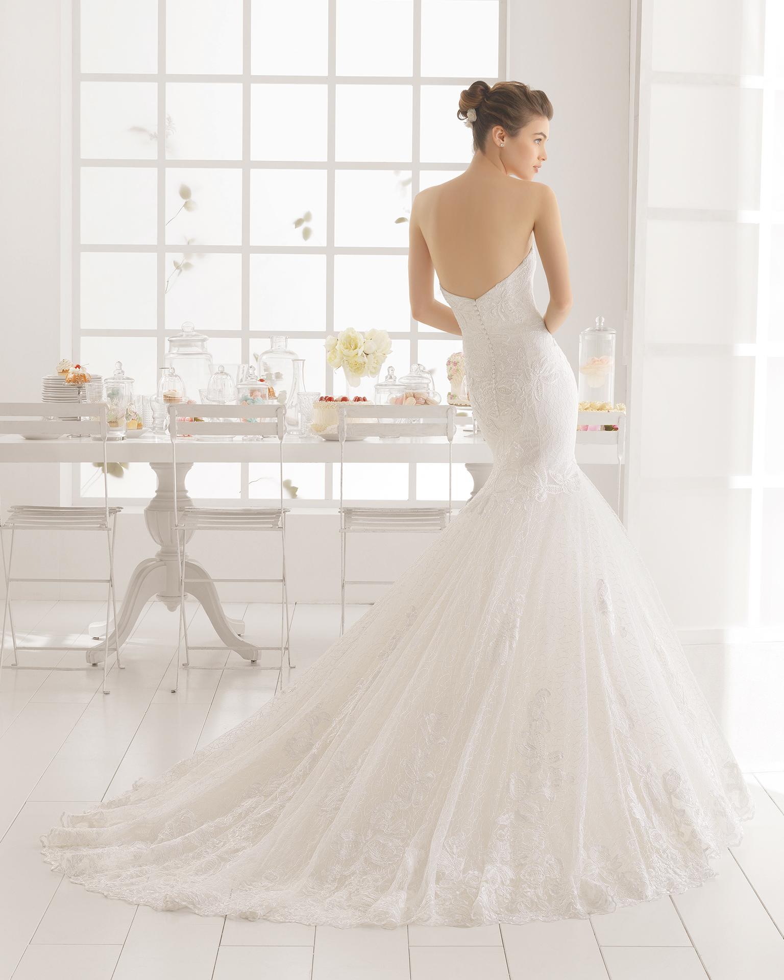 MARTE Hochzeitskleid aus Strass besetzter Spitze.