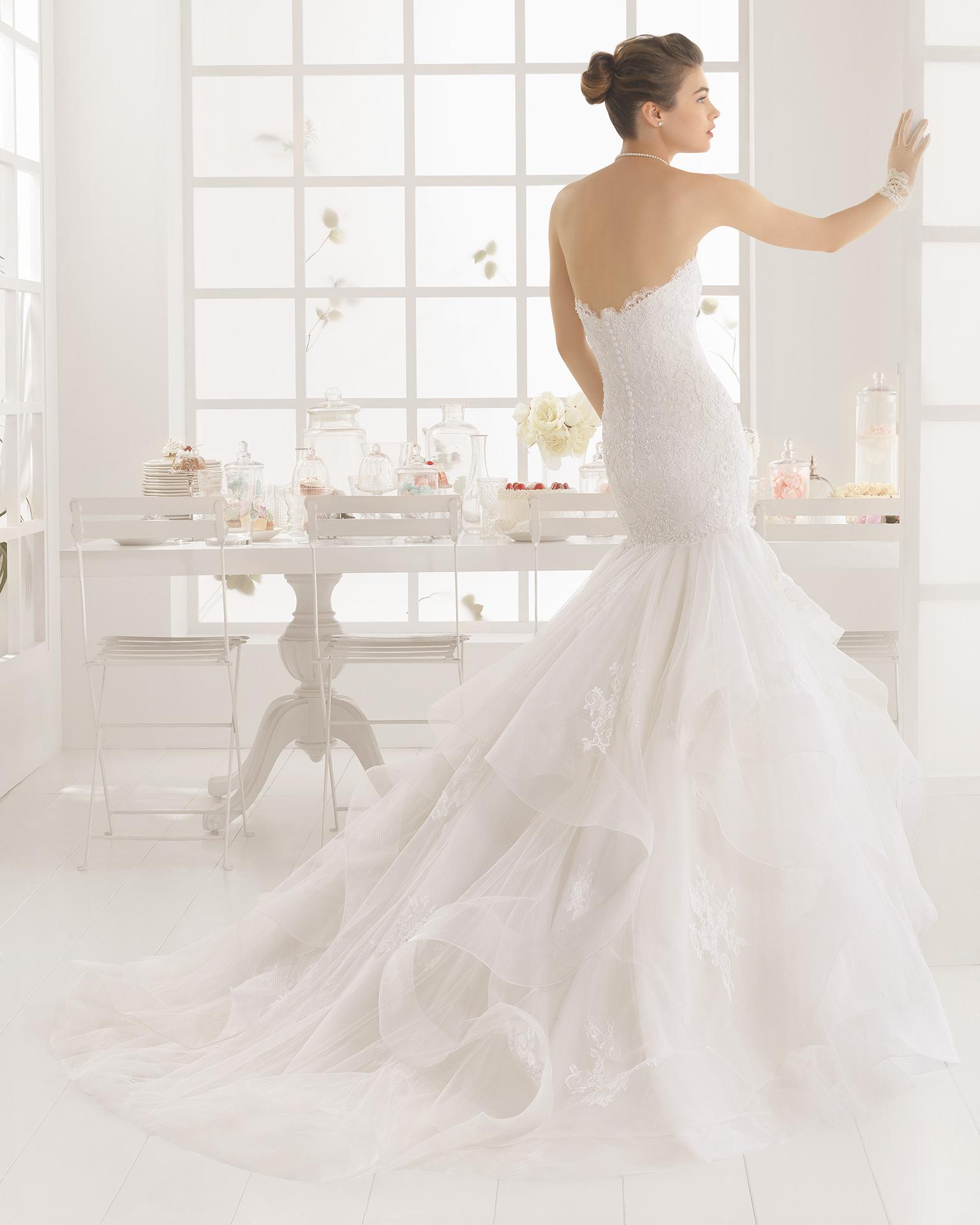 MEDIEVAL Strass besetztes Hochzeitskleid aus Spitze und Tüll.