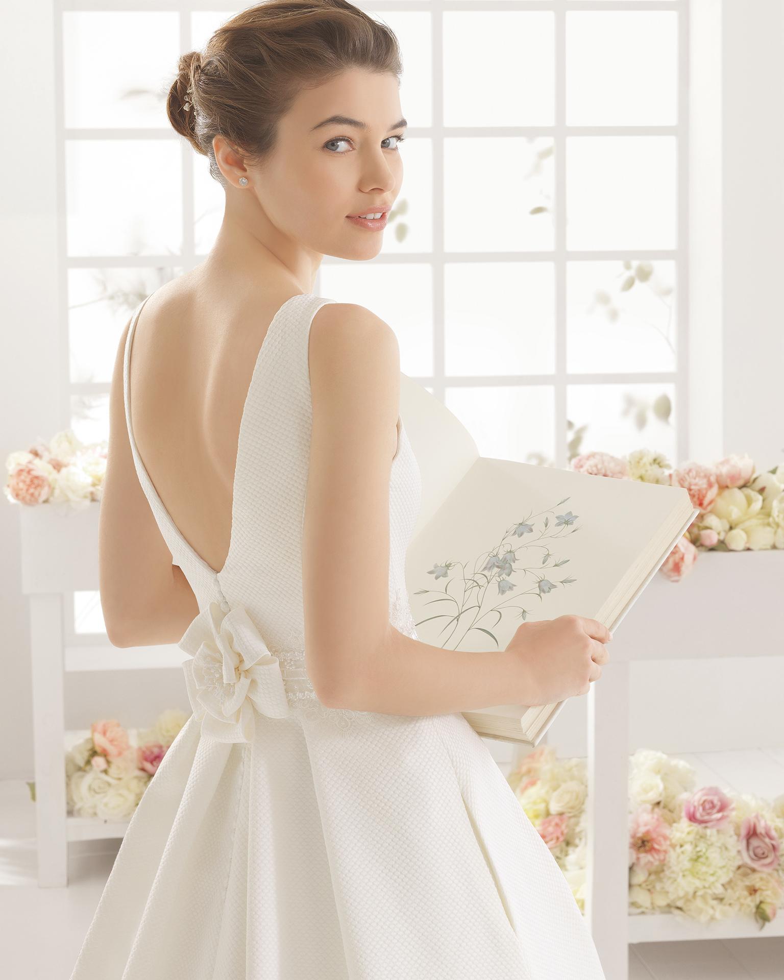 Robe de mariée MIA en piqué et dentelle avec pierreries.