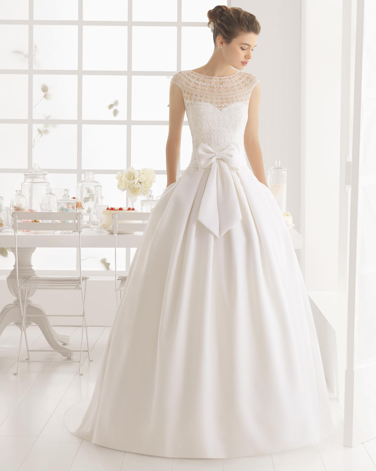 蜜儿(MIEL)珠饰凸纹新娘婚纱。