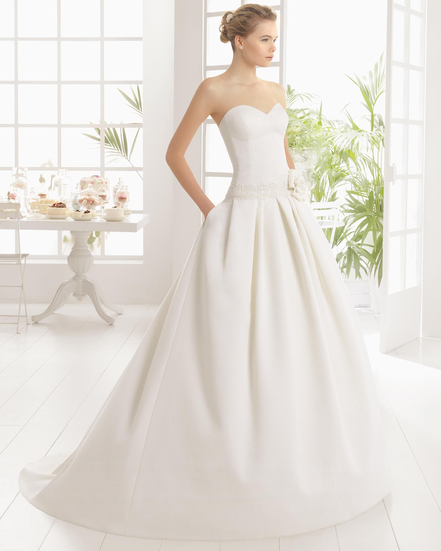 Robe de mariée MILAN en piqué avec pierreries.