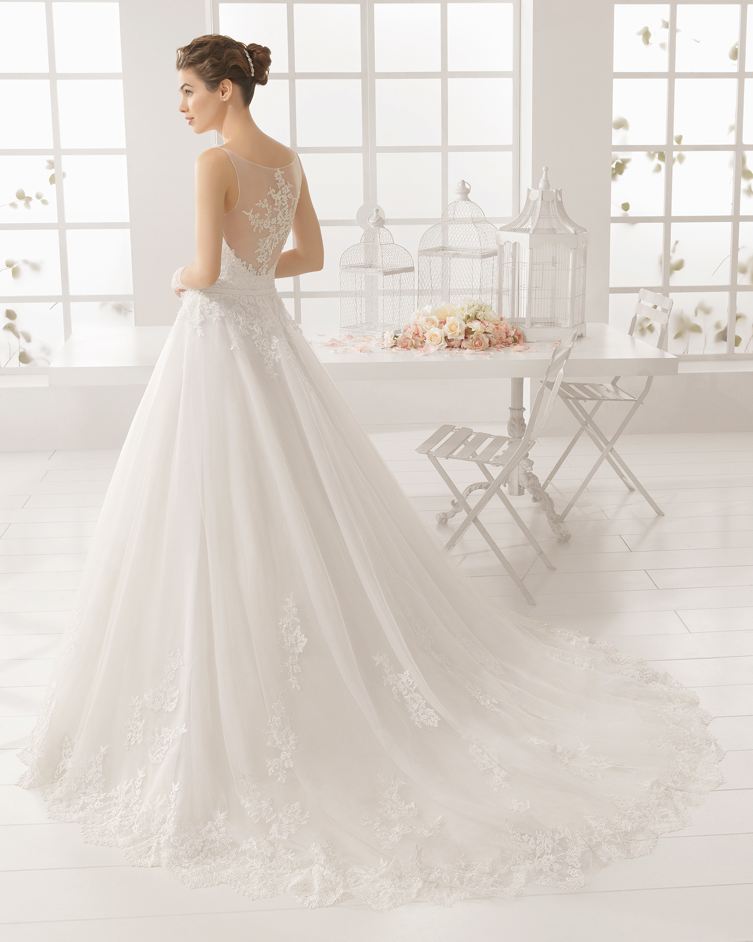 MIRIAM Brautkleid aus Strass besetztem, besticktem Tüll.
