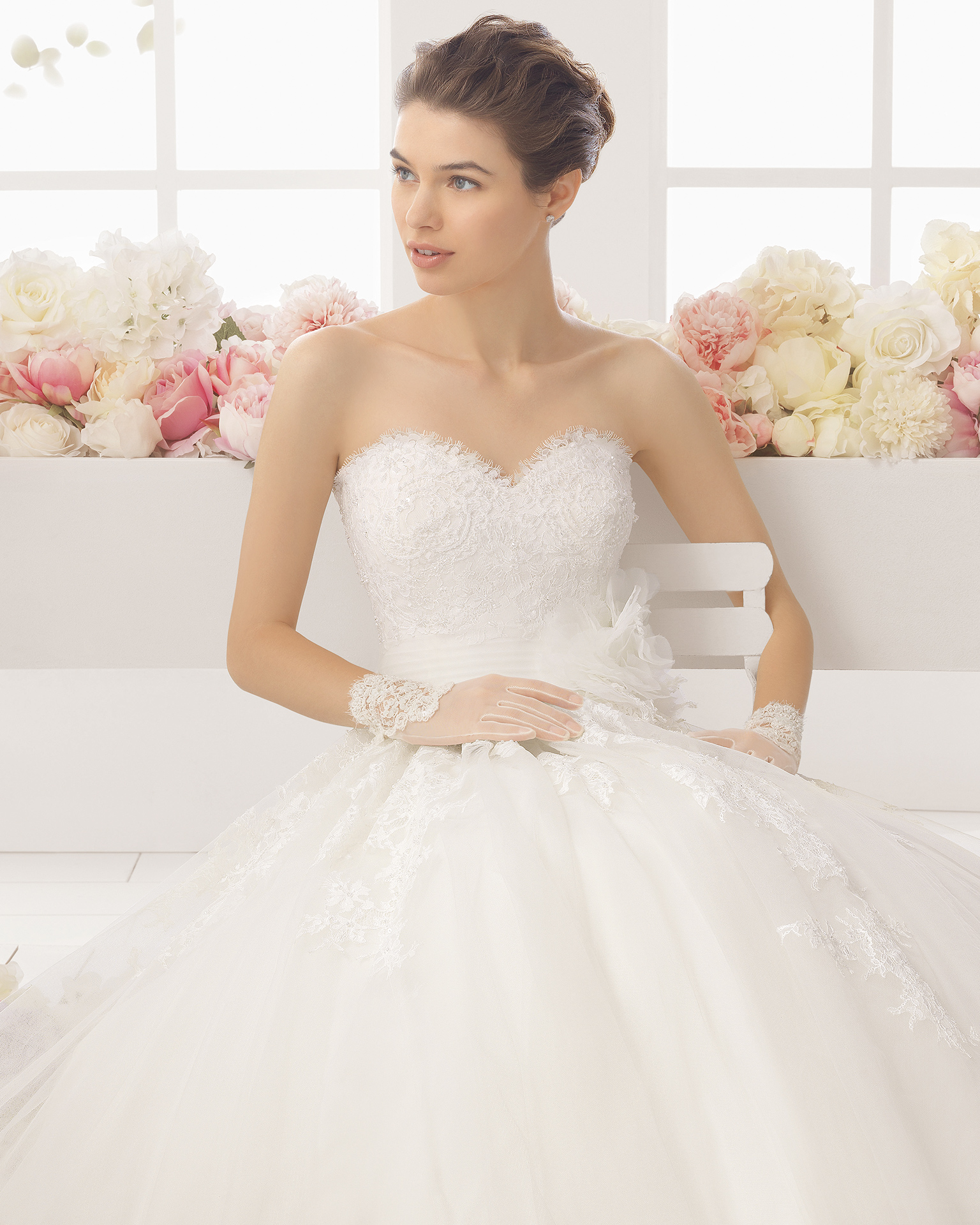 梅塔(MIRTA)珠饰蕾丝新娘婚纱。