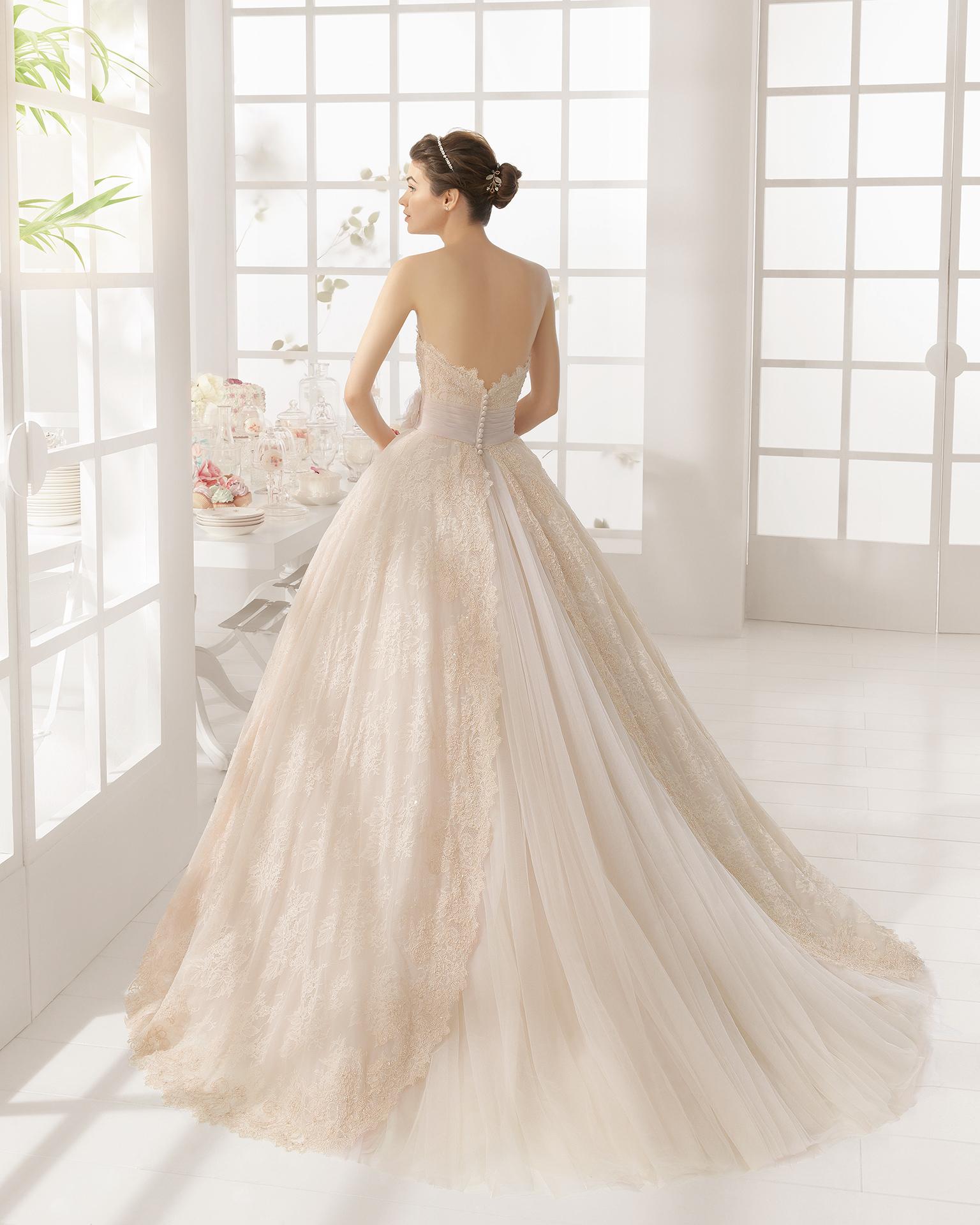 MONTE Hochzeitskleid aus Strass besetzter Spitze.