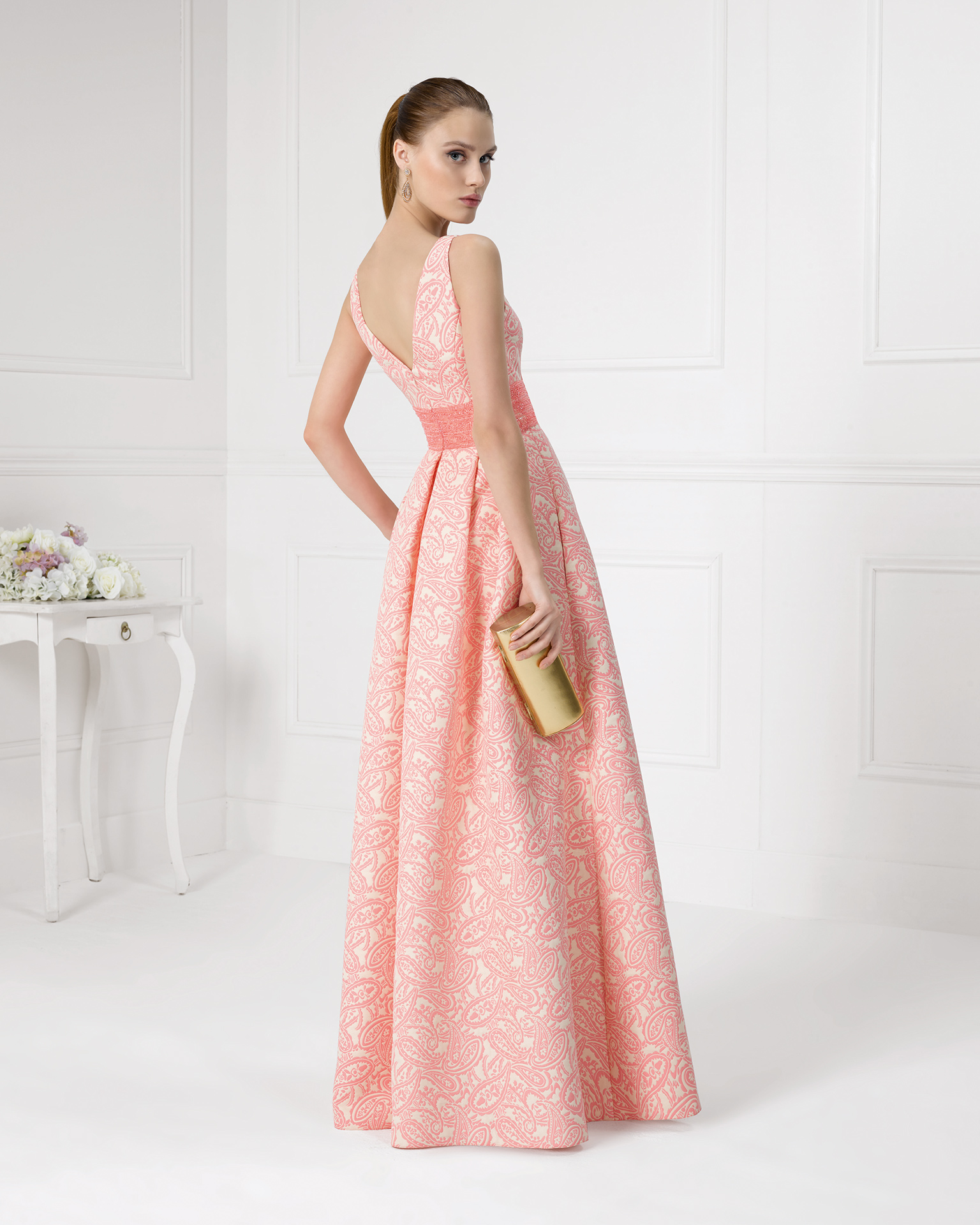 9U152 - 珠饰锦缎鸡尾酒会礼服。