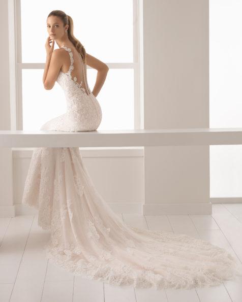 Abito da sposa taglio sirena in pizzo e guipure con scollo a cuore e schiena con effetto tatuaggio, colore carne e naturale.