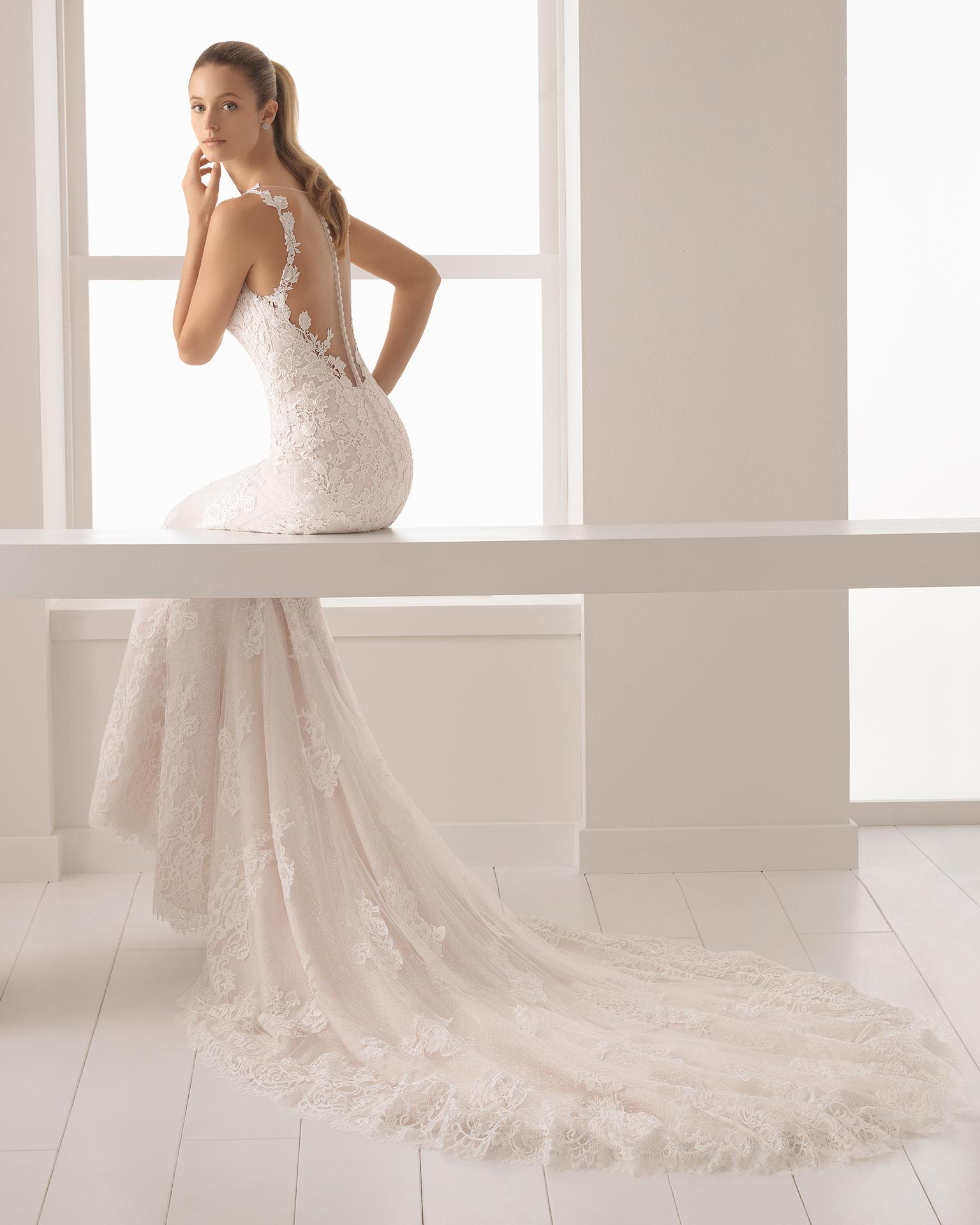 裸色和米白色美人鱼款蕾丝凸纹花边新娘婚纱,鸡心领配后背纹身效果设计。