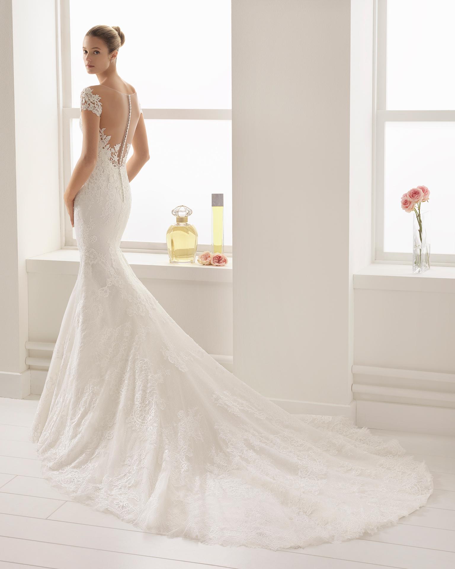 8d324b820 Vestido de novia corte sirena en encaje y guipur con escote deep-plunge y  espalda