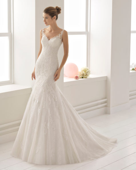 Romantisches Brautkleid aus Spitze mit Strassbesatz, V-Ausschnitt und tiefem Rückenausschnitt, in Elfenbein.