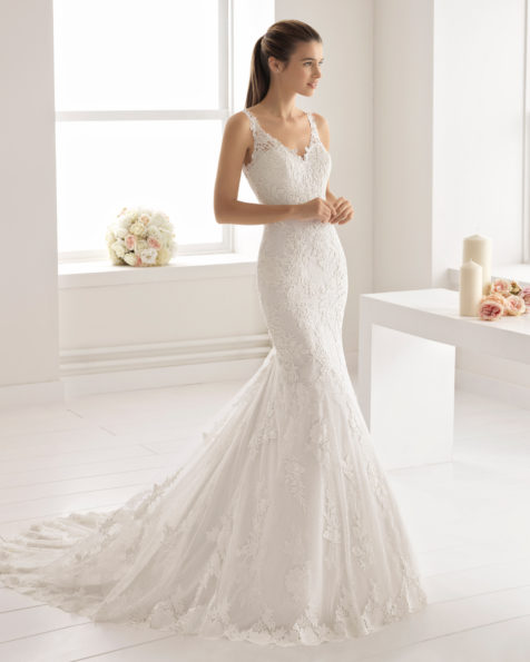 Romantic-style lace and guipure lace wedding dress with V-neckline and lace back, in nude and natural.