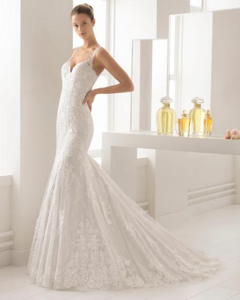 Vestido de novia estilo romántico en encaje con escote ilusión en color natural/plata y en natural.