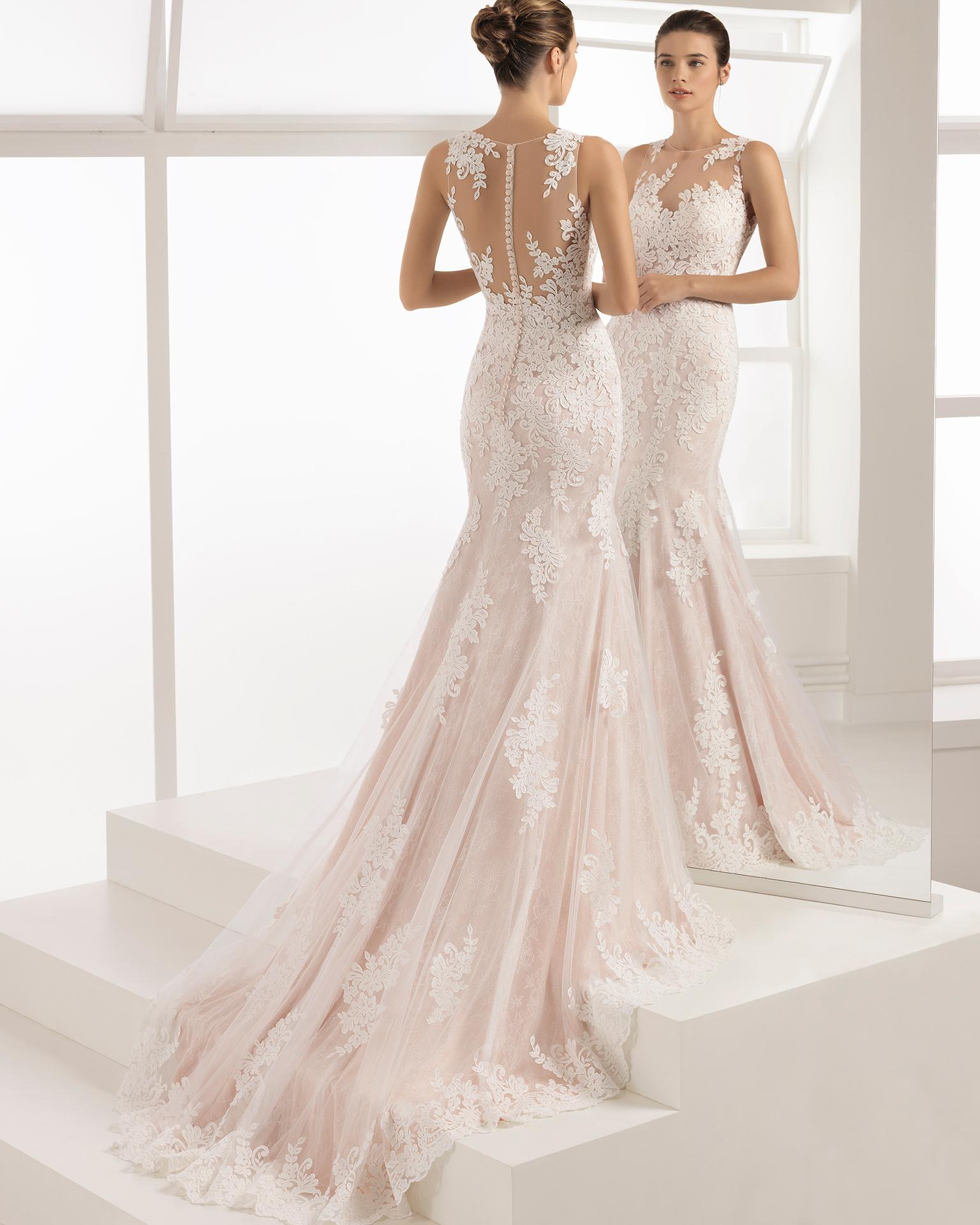 Abito da sposa stile romantico in pizzo trasparente con scollo illusione, colore naturale e rosé.