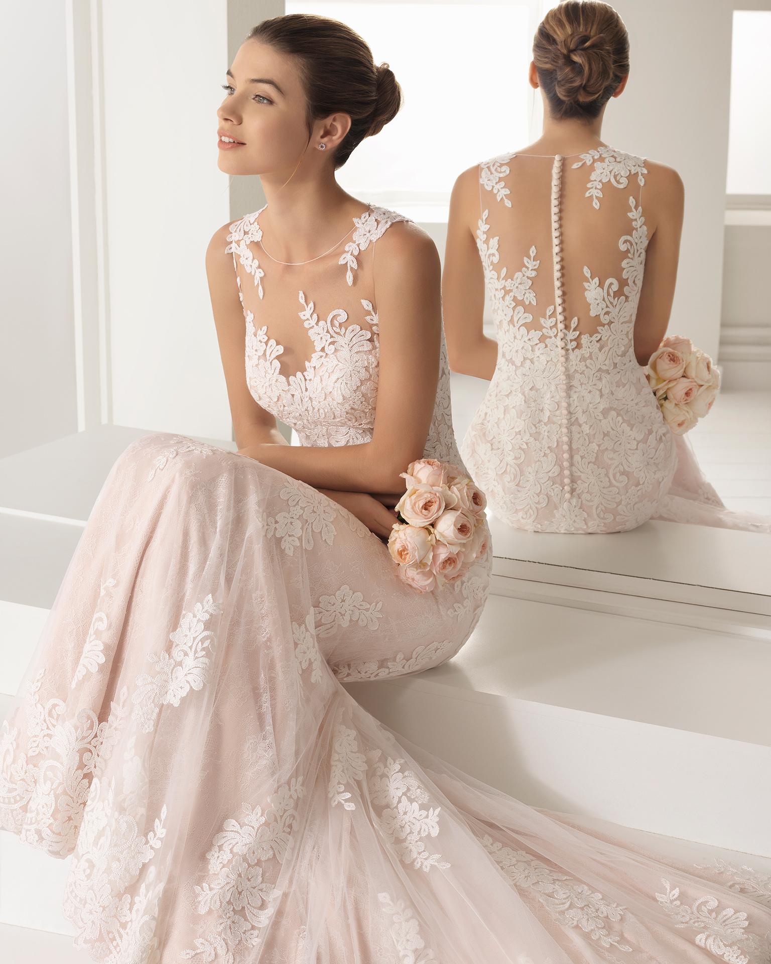 Vestido de novia estilo romántico en encaje transparente con escote ilusión en color natural y en rosé.