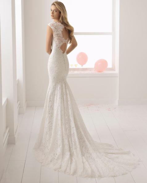 Vestido de novia estilo romántico en encaje con escote reina Ana en color perla con sobrefalda en color perla.