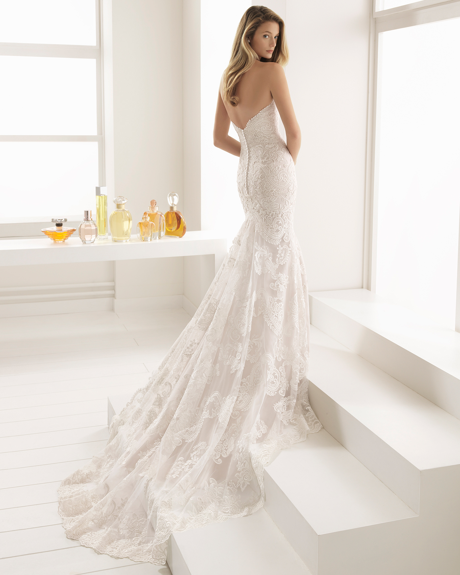 Romantic-style lace wedding dress with sweetheart neckline, in pearl and natural.