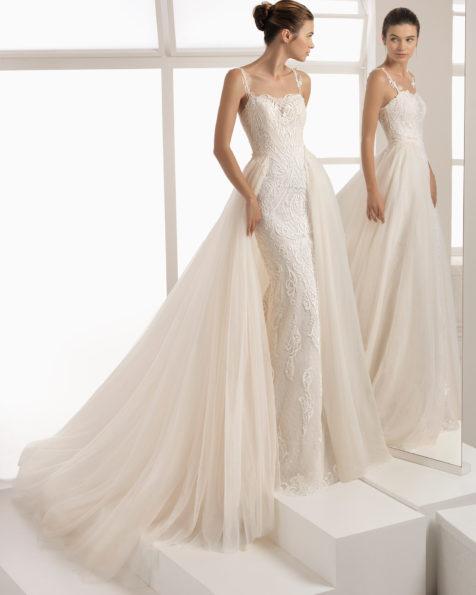 本色和玫瑰红蕾丝紧身新娘婚纱,后背刺绣图案配蕾丝细节设计,配罩裙。