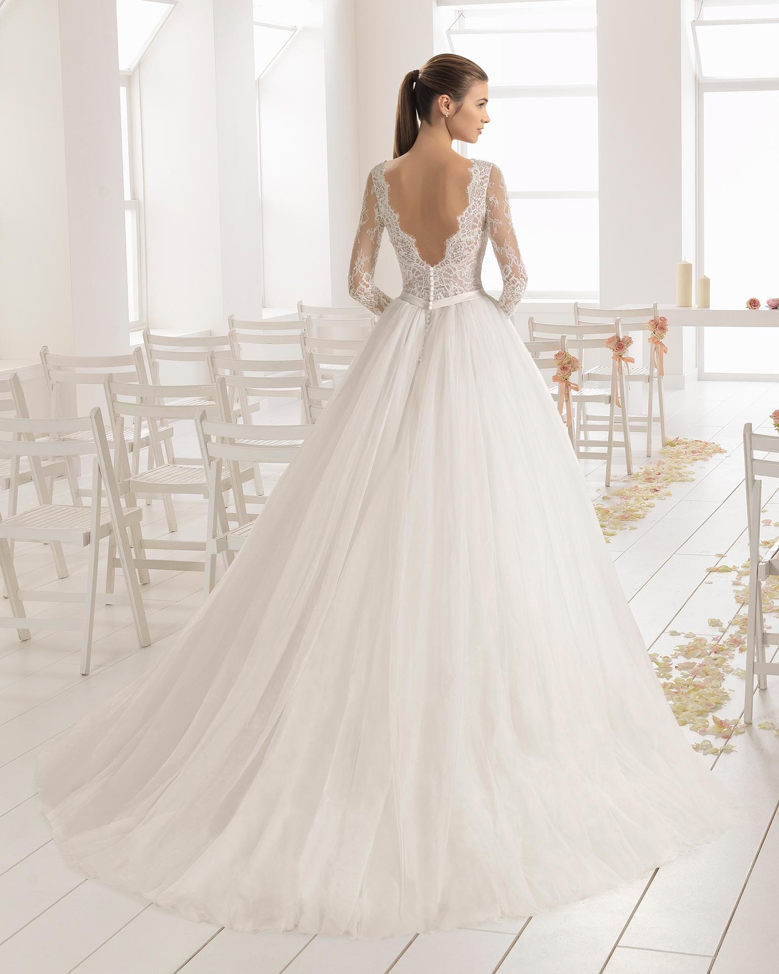 Vestido de novia estilo línea A en encaje y tul con manga larga con escote barco y espalda V.