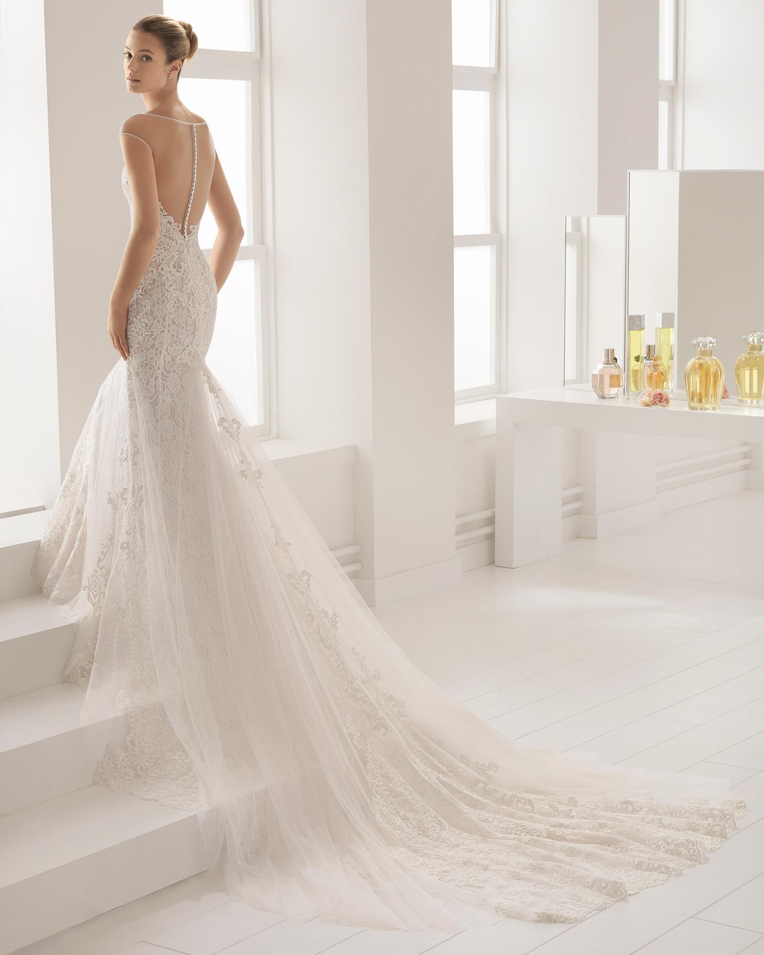 Vestido de novia corte sirena en encaje con transparencias y pedrería con escote ilusión y espalda con efecto tattoo.