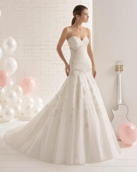 فستان زفاف مصمّم على نمط حورية البحر من الدانتيل مع تقويرة رومنسية.
