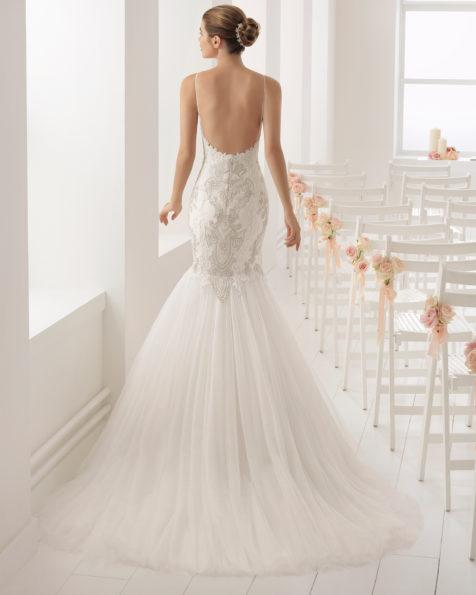 本色/金色美人鱼风格鸡心领肩带式珠饰蕾丝新娘婚纱。