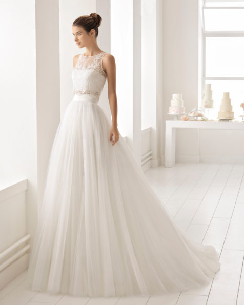 波西米亚风格珠饰蕾丝露脐紧身上衣配对襟薄纱新娘婚纱。
