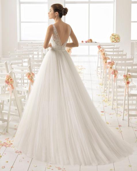 Abito da sposa stile linea ad A in tulle, pizzo e strass, con scollo a V e schiena scollata.