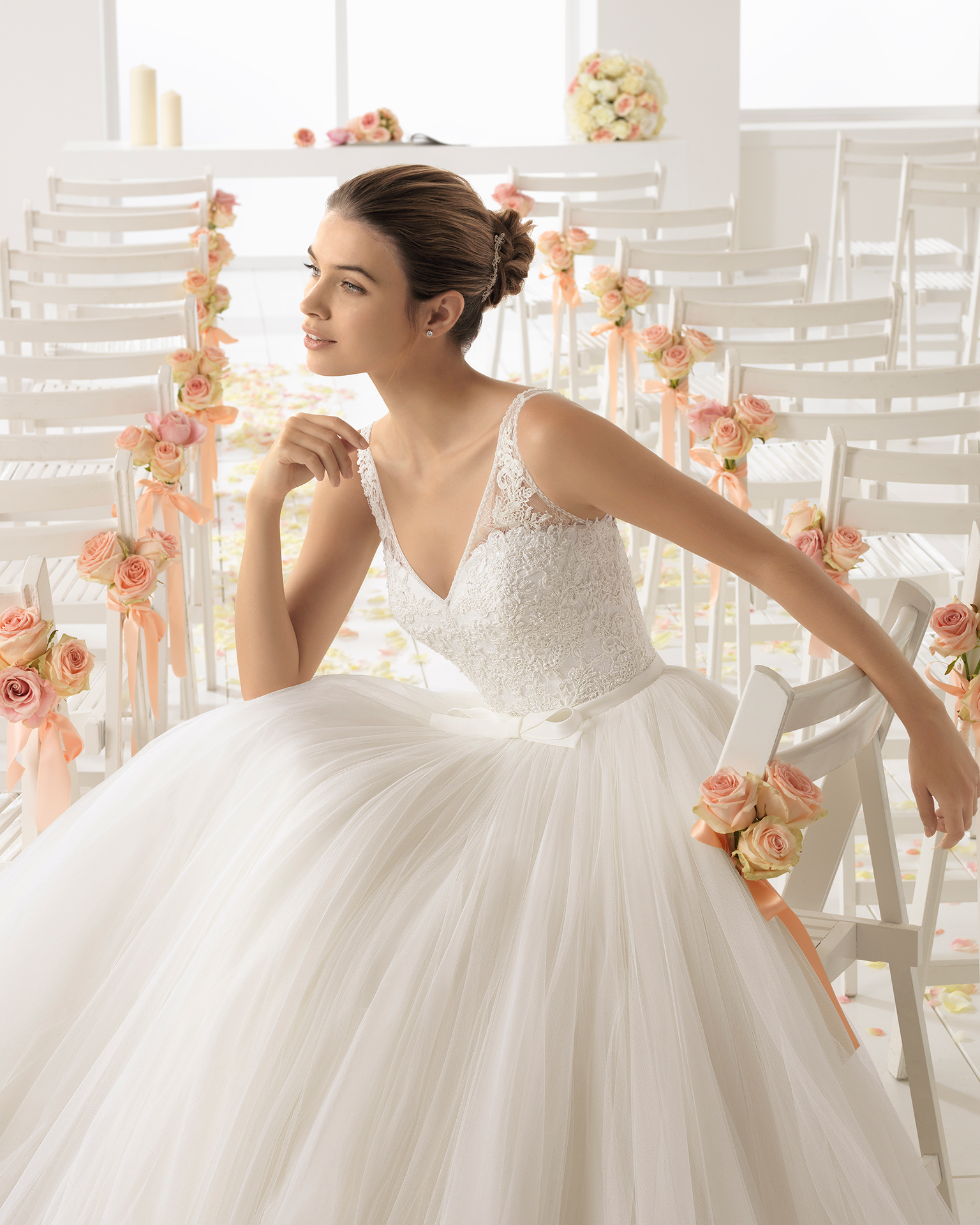 珠饰蕾丝薄纱V领低背A字裙新娘婚纱。