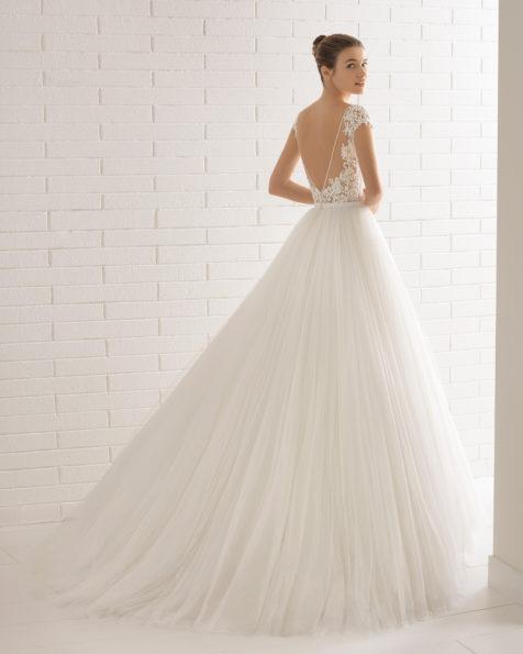 Vestido de novia estilo línea A en tul, encaje transparente y pedreria, con escote ilusión con espalda escotada.