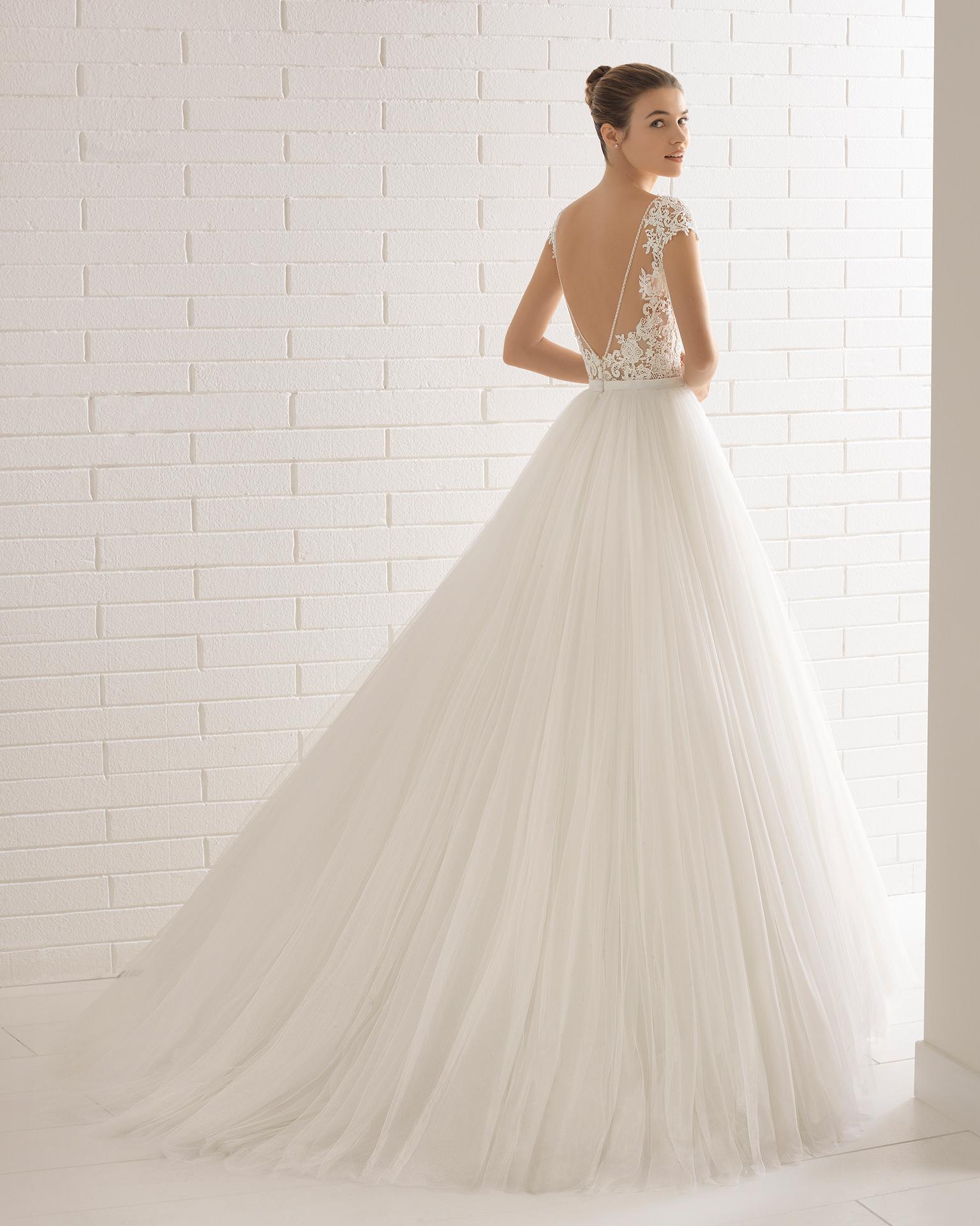 Robe de mariée style trapèze en tulle, dentelle transparente et pierreries, col illusion et décolleté dans le dos.