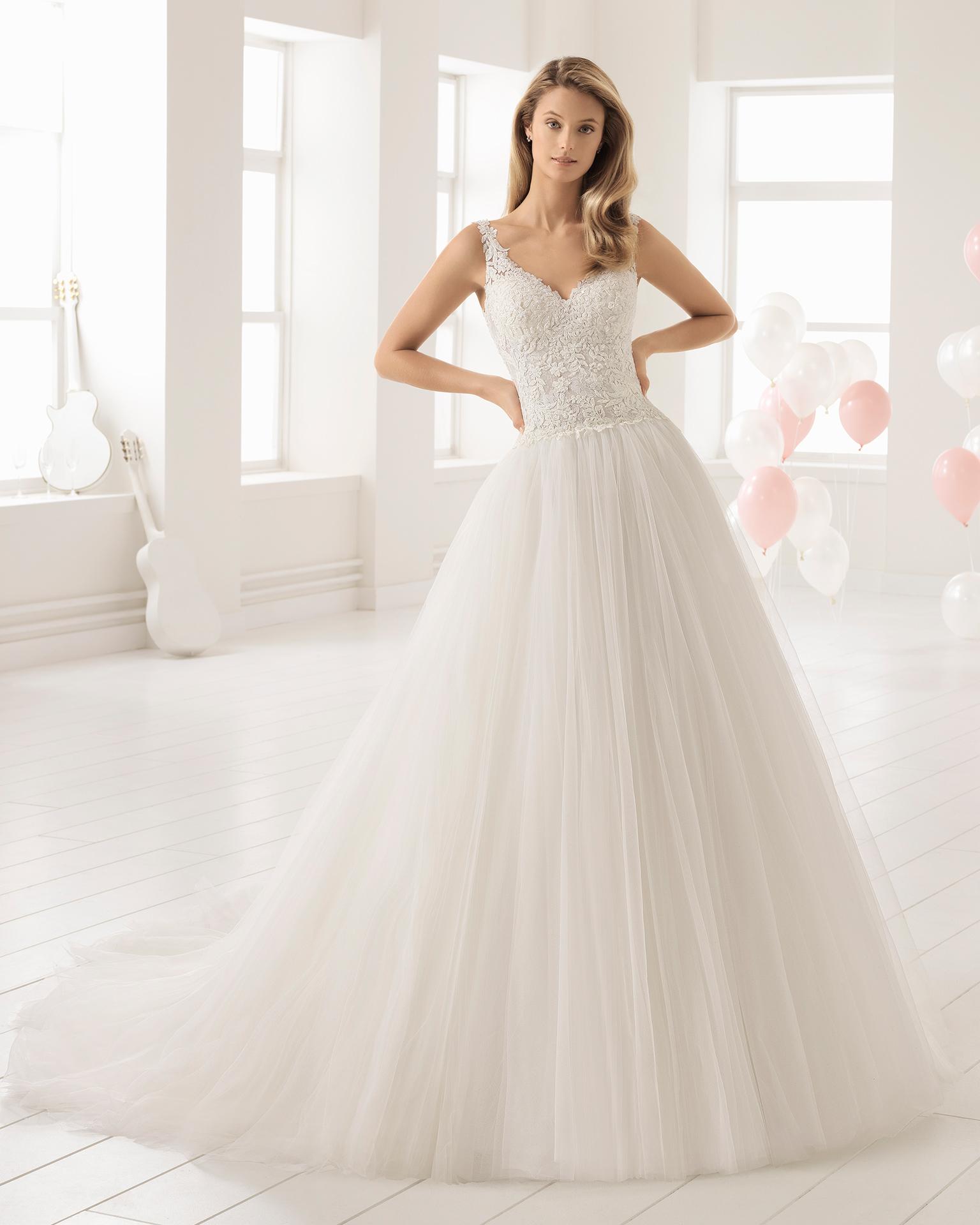 Vestido de novia estilo línea A en tul, encaje transparente y pedreria, con escote V en color natural y en rosé.