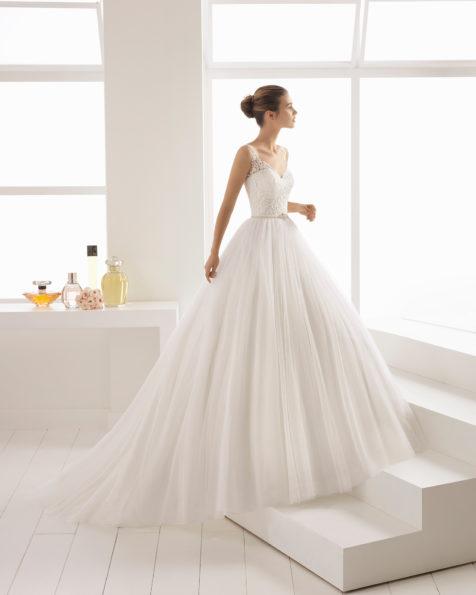Vestido de noiva estilo linha A de tule, renda e brilhantes, com decote em V e costas decotadas.