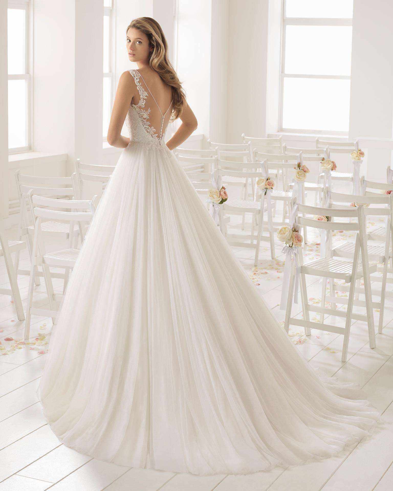 珠饰蕾丝薄纱深V领低背A字裙新娘婚纱。