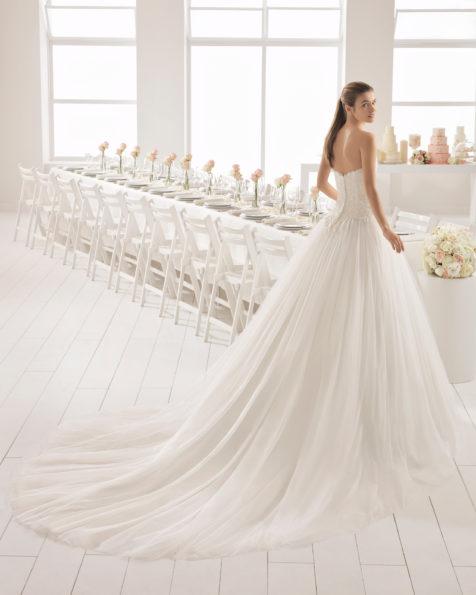 Vestido de novia estilo romántico en tul, encaje y pedreria, con escote palabra de honor con falda volumen.