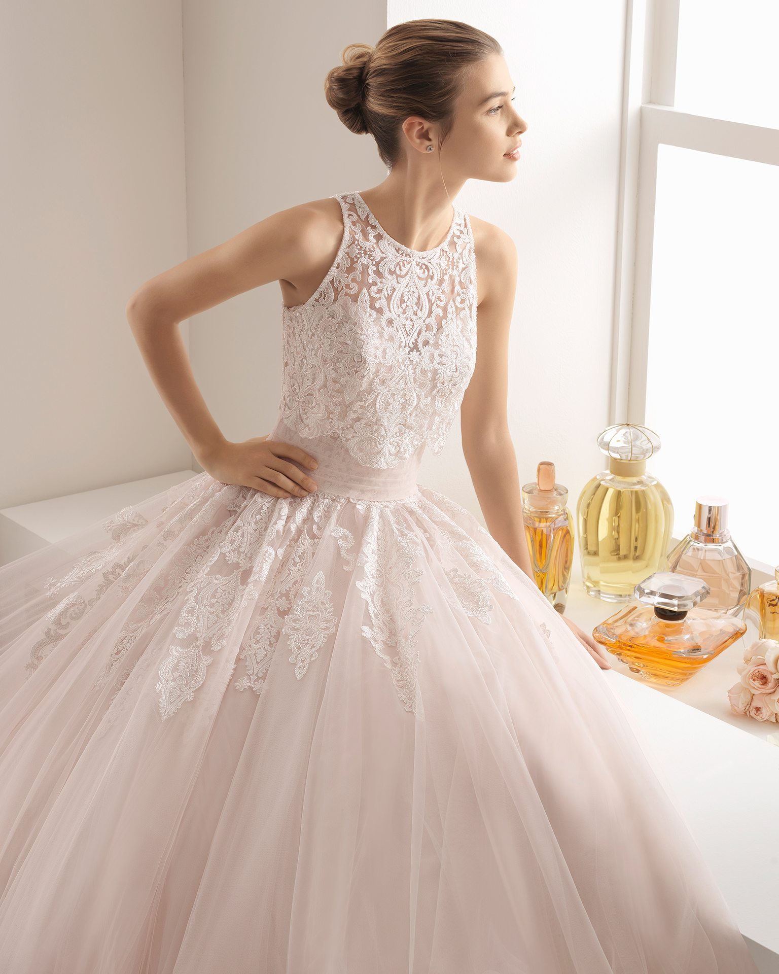 Romantic-style tulle and lace wedding dress with sweetheart neckline, in rose and natural.