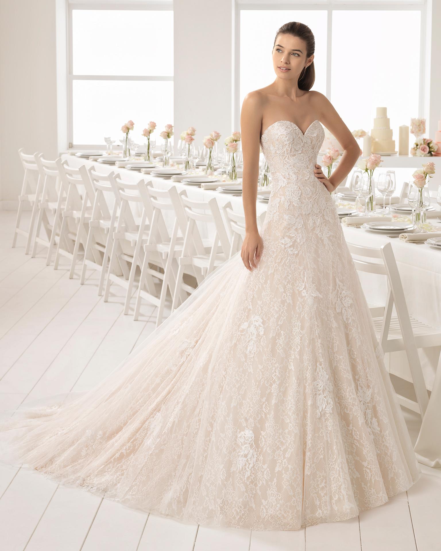 فستان زفاف ذو تصميم رومنسي من الدانتيل، مع تقويرة رومنسية، باللون الشفّاف والطبيعي.