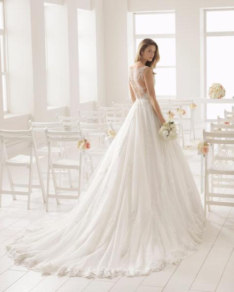 Vestido de novia estilo romántico en encaje con escote V con espalda de encaje en color rosé y en natural.