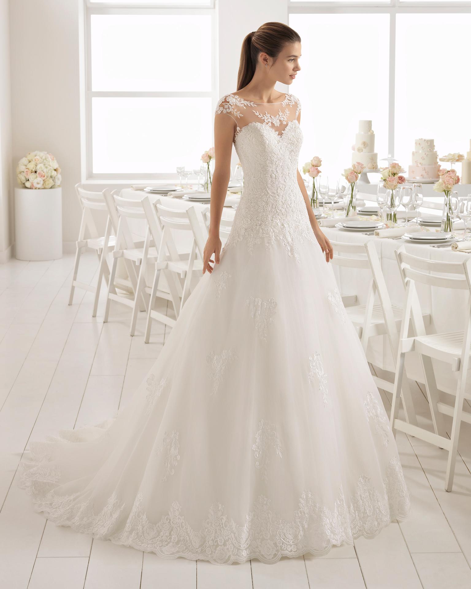 Vestido de novia estilo romántico en gazar, encaje y pedreria, con escote corazón con espalda de encaje.