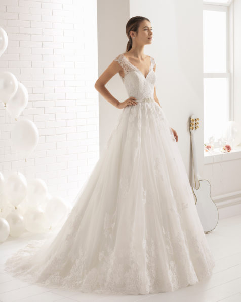 فستان زفاف ذو تصميم رومنسي من الدانتيل المزيّن بالخرز مع تقويرة على شكل