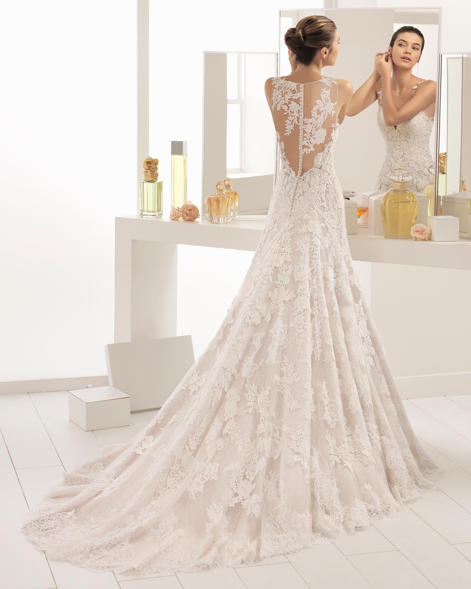 فستان زفاف ذو تصميم رومنسي من الدانتيل العادي والدانتيل المخرّم، مع تقويرة رومنسية، باللون الشفّاف والطبيعي.