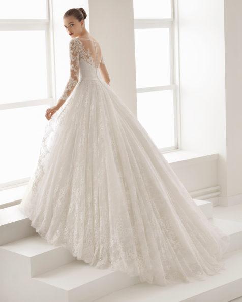 Romantisches Brautkleid aus Tüll und Spitze mit Strassbesatz, lange Ärmel, V-Ausschnitt, tiefer Rückenausschnitt, in Naturweiß.
