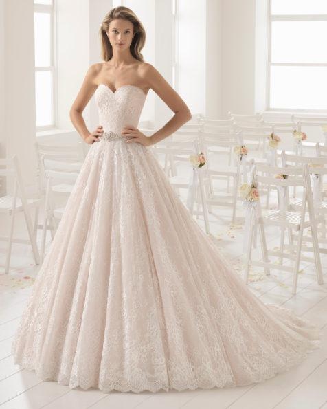 Abito da sposa stile romantico in pizzo con scollo a cuore, colore rosé e naturale con decorazione in strass.