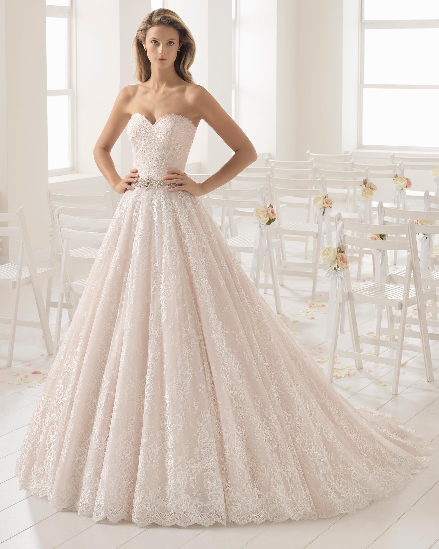 Rochie de mireasă în stil romantic din dantelă cu decolteu inimă, de culoare rosé și ecru cu ornament din strasuri.