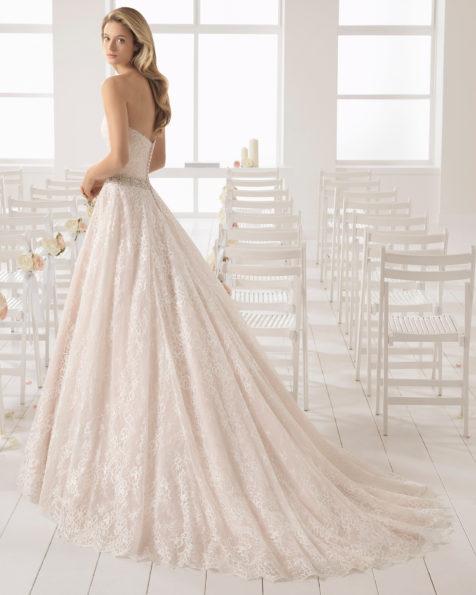 Vestido de novia estilo romántico en encaje con escote corazón en color rosé y en natural con adorno de pedrería.
