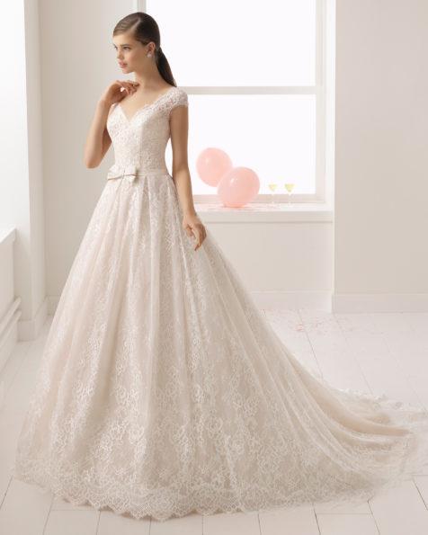 Romantisches Brautkleid aus Spitze mit Strassbesatz und V-Ausschnitt, in Rosé und Naturweiß.