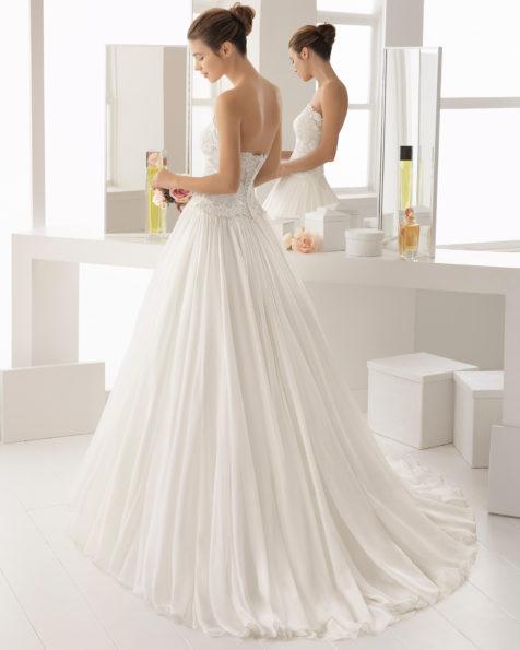 Abito da sposa stile romantico in chiffon, pizzo trasparente e strass, con scollo a balconcino.