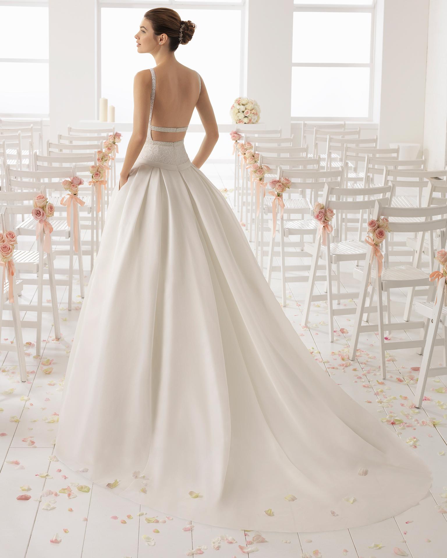 Abito da sposa stile romantico in organza, pizzo e strass, con scollo illusione e schiena scollata.