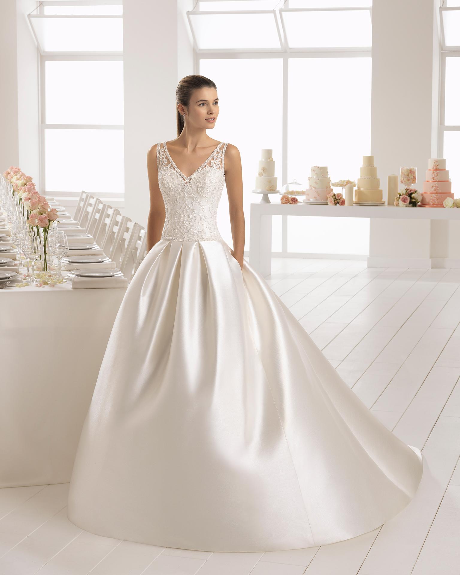 Klassisches Brautkleid aus Mikado-Seide und Spitze mit Strassbesatz, V-Ausschnitt und tiefem Rückenausschnitt.