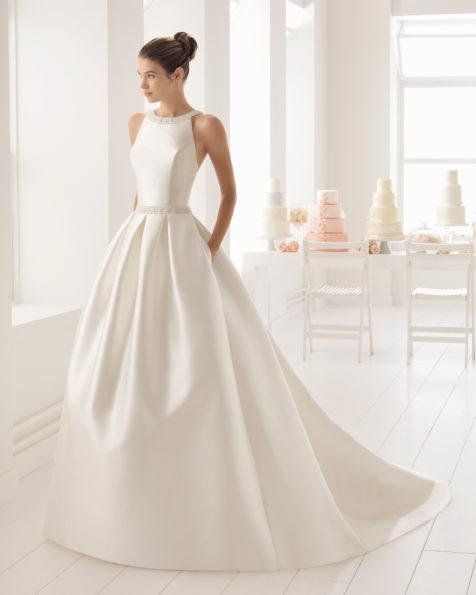 Vestido de novia estilo clásico en mikado y pedreria con escote halter.