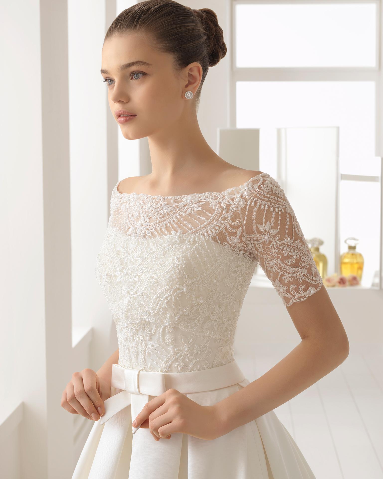 象牙色经典风格无肩带式珠饰蕾丝丝硬缎新娘婚纱。